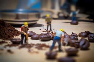 Miniaturfiguren als Arbeiter die mit ihrem Presslufthammer sozusagen die Espressobohnen mahlen!