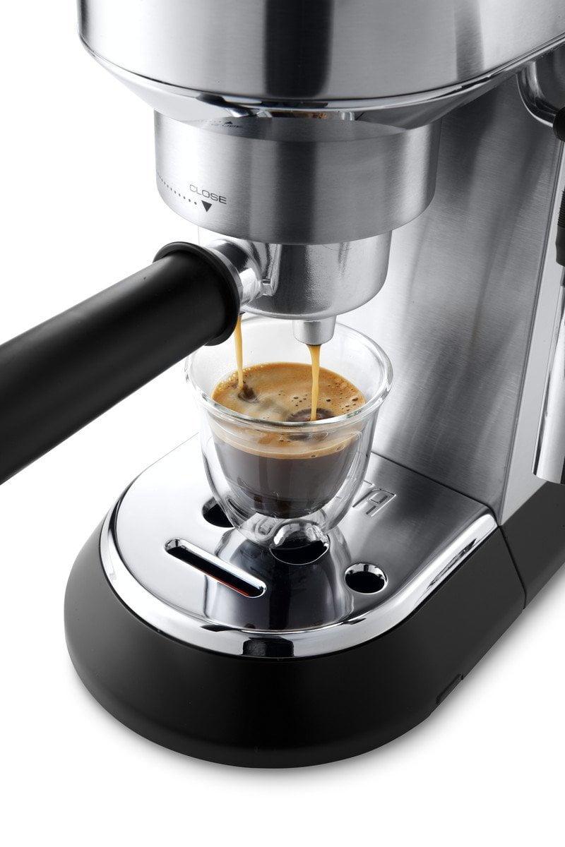 Espresso zubereiten mit der getesteten Espressomaschine DeLonghi Dedica EC 685.M Espresso-Siebträgermaschine