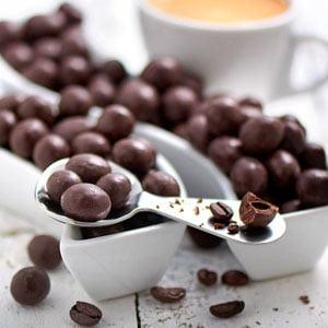 Weihnachtsgeschenke-für-Kaffeeliebhaber-Kaffeebohnen-in-Zartbitterschokolade