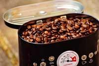 Kaffeebohnen-in-der-Röstmaschine-selbst-geröstet