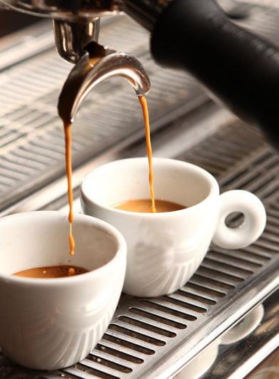 Espresso Extraktion mit Espresso-Siebträgermaschine