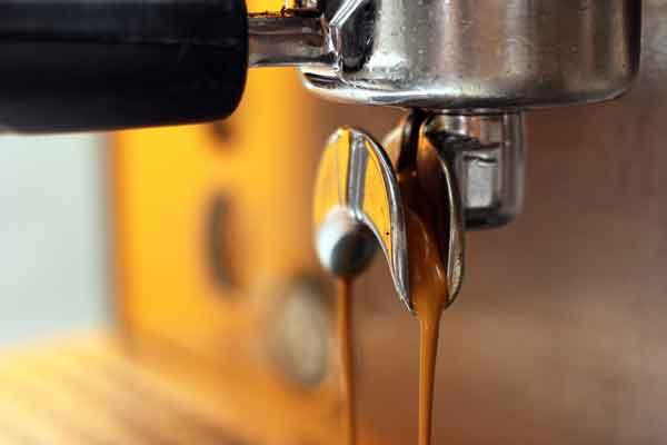 espresso-fließt-aus-dem-siebträger