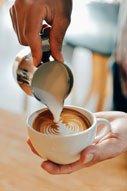 Milchkännchen für die Zubereitung für Cappuccino, mit der Espresso und Siebträgermaschine