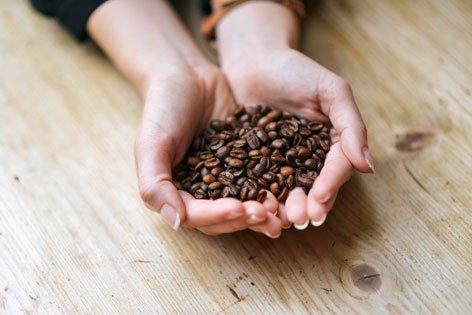 Handvoll-mit-Espressobohnen