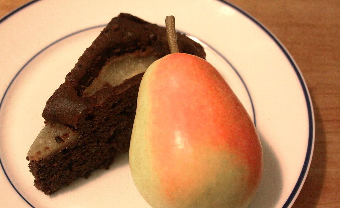 Schokoladenkuchen mit Birne