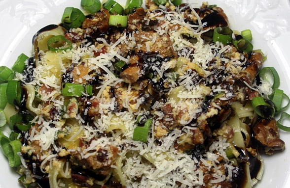 Tagliatelle mit frischen Pfifferlingen, Balsamico-Crema und Parmesan
