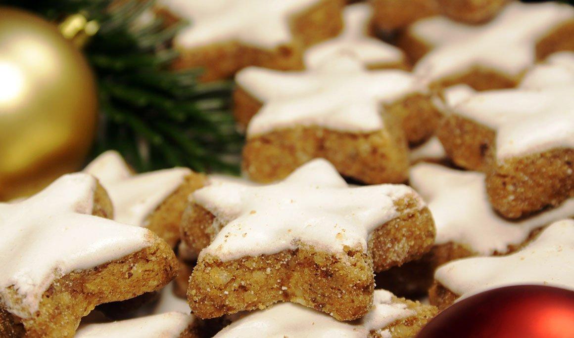 Weihnachtliche Zimtsterne fertig gebacken und frisch aus dem Ofen.